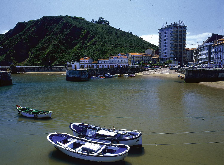 Vista de la villa marinera de Candás y puerto (Carreño)